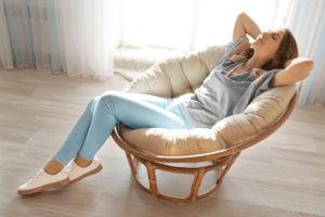 Physiotherapie - Frau entspannt ihren Rücken