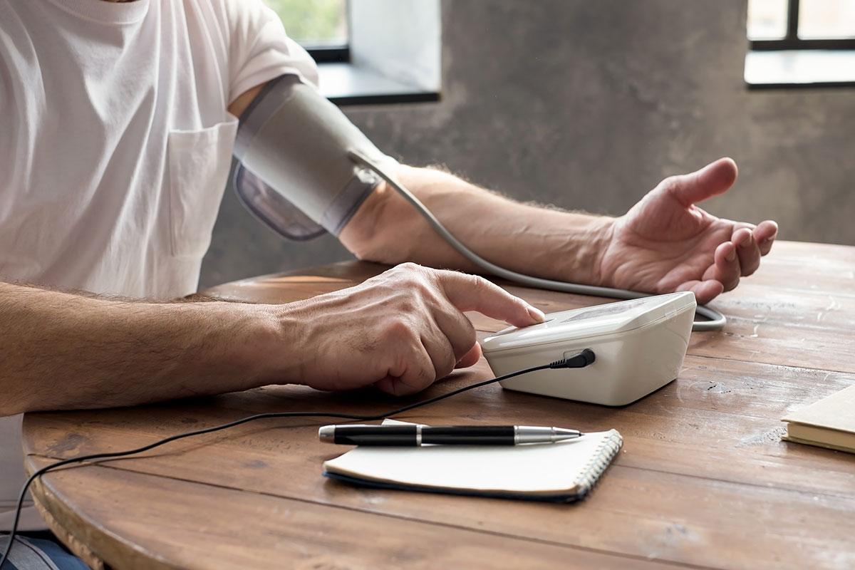 Ein Mann prüft seinen Blutdruck