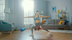 Frau macht Physiotherapie in einem hellen Zimmer