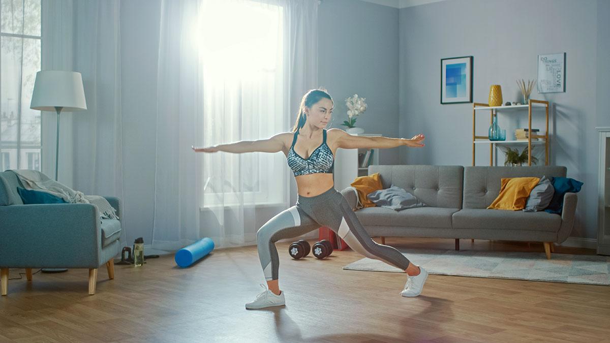 Frau macht Physiotherapie in einem hellen Zimmer in Reutlingen